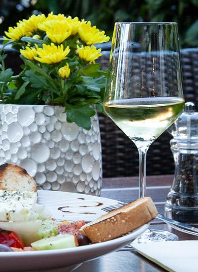 griechisches Essen mit Weißwein